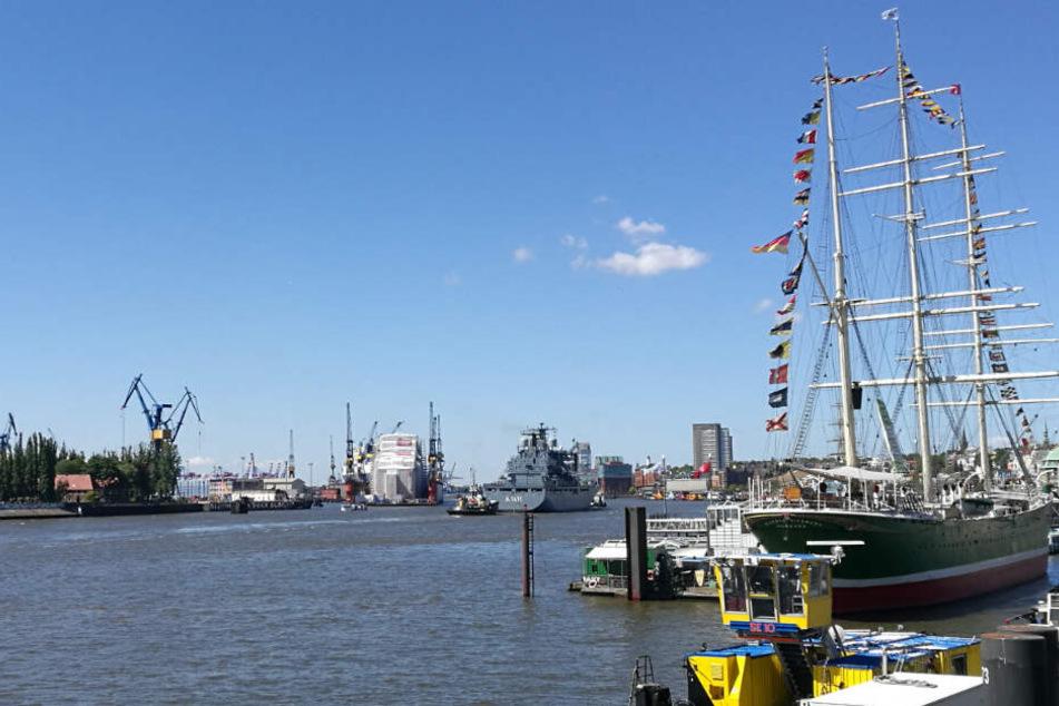 Über dem Hamburger Hafen ist der Himmel fast wolkenlos.