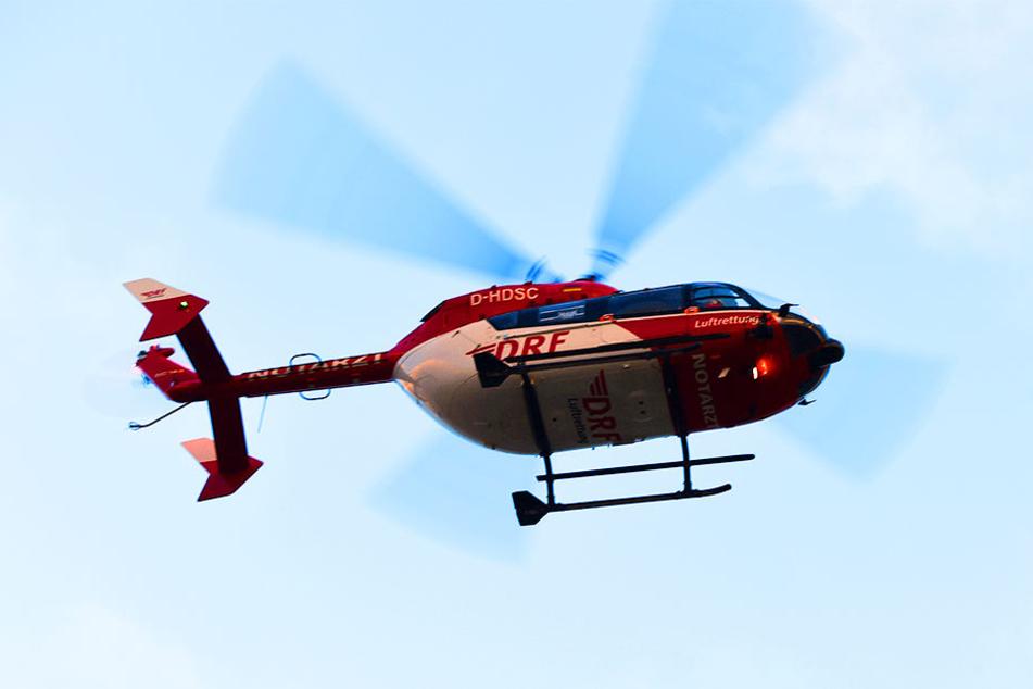 Mit einem Rettungshubschrauber musste die lebensbedrohlich verletzte 21-Jährige ins Krankenhaus gebracht werden. (Symbolbild)