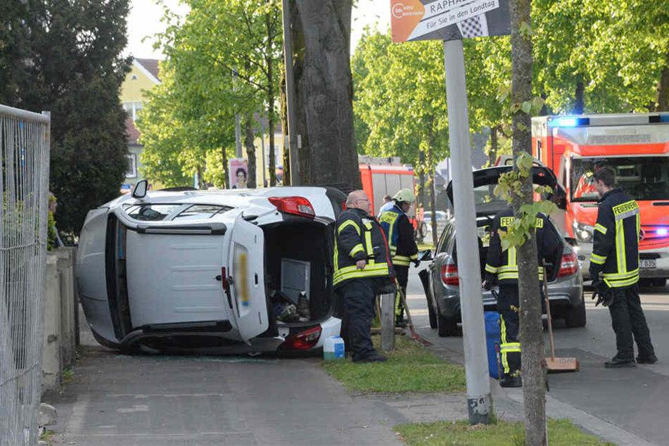 Der Vauxhall schleuderte nach dem Crash auf den Bürgersteig.
