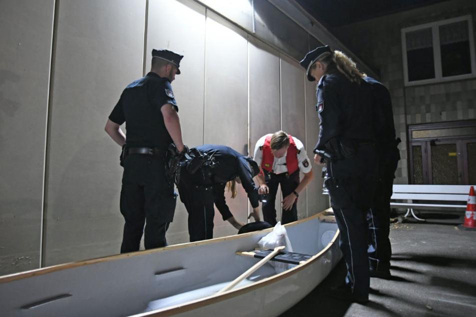 Die Einsatzkräfte fanden ein Kanu auf dem Wasser.