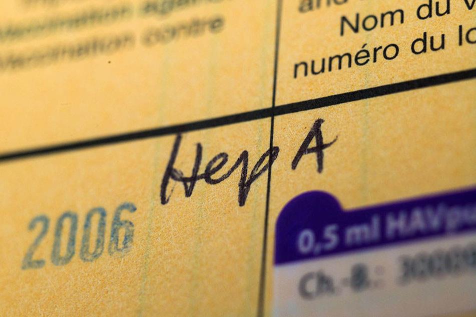 In einem Impfpass wird auf eine Impfung gegen Hepatitis A hingewiesen.