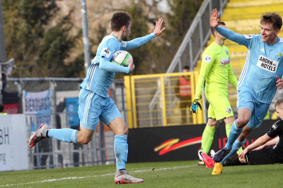 Torschütze Tom Baumgart und Florian Hansch freuen sich über den Ausgleichstreffer zum 1:1 in der 16. Minute.