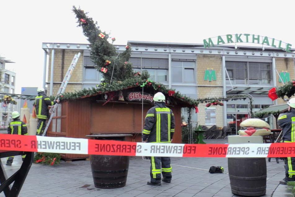 Die Feuerwehr richtete den Weihnachtsbaum wieder auf.