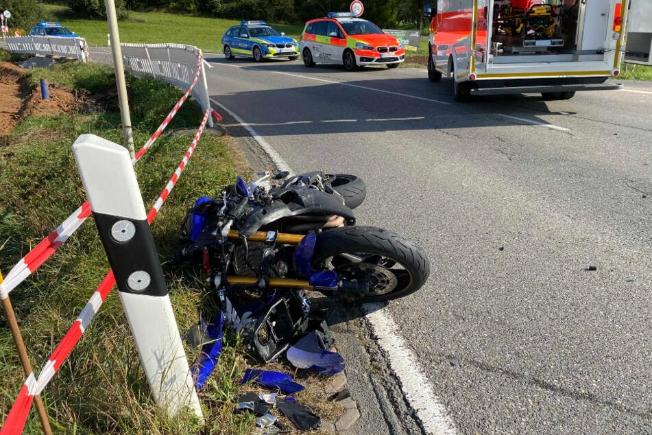 Das zerstörte Motorrad des lebensgefährlich verletzten Mannes liegt an der Unfallstelle.