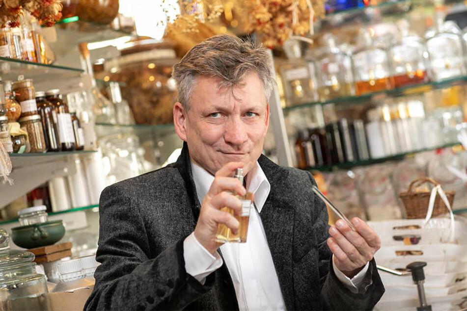 Uwe Herrich (57) versprüht den nostalgischen Duft in seiner Parfümerie.