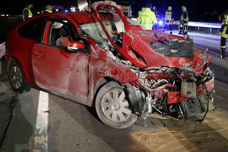 Der Ford fing nach dem Unfall im Motorraum Feuer.