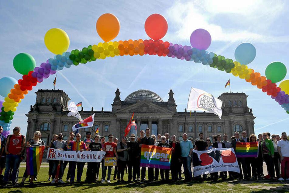 Unter blauen Himmel und strahlenden Sonnenschein demonstrieren Aktivisten vor dem Reichstag in Berlin für eine offene und respektvolle Gesellschaft.