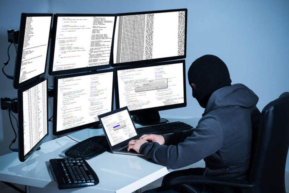 Der Mann wurde vor seinem Rechner sitzend festgenommen. (Symbolbild)