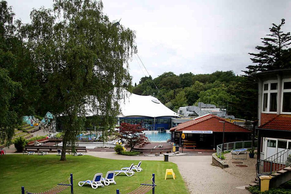Im Sommer 2018 hatten acht Jugendliche in der Nähe dieses Freibads in Velbert eine 13-Jährige vergewaltigt (Archivbild).