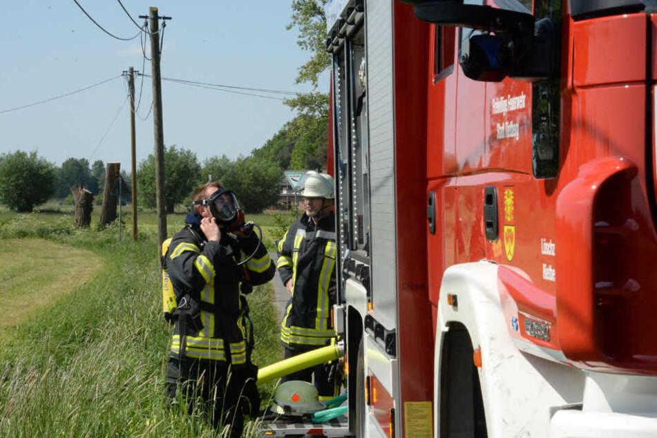 Zwei Feuerwehrleute rüsteten sich mit Atemschutzmasken aus.