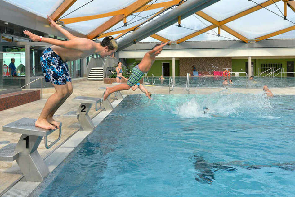 Seit Freitag kann wieder im Arnhold-Hallenbad geplanscht und geschwommen  werden.