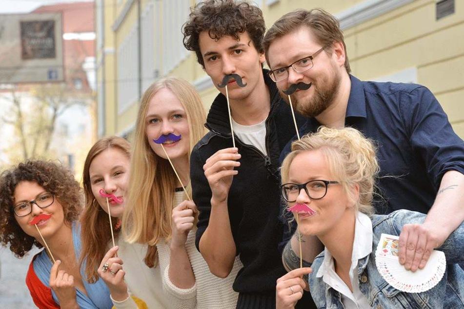 Die Medizinstudenten Marlene (23, v.l.), Martha (23), Frieda (22) und Marvin (22), Mentalist Nico Haupt (39) und Wett-Halterin Janine Teetz (29) zeigen schon mal Bart.