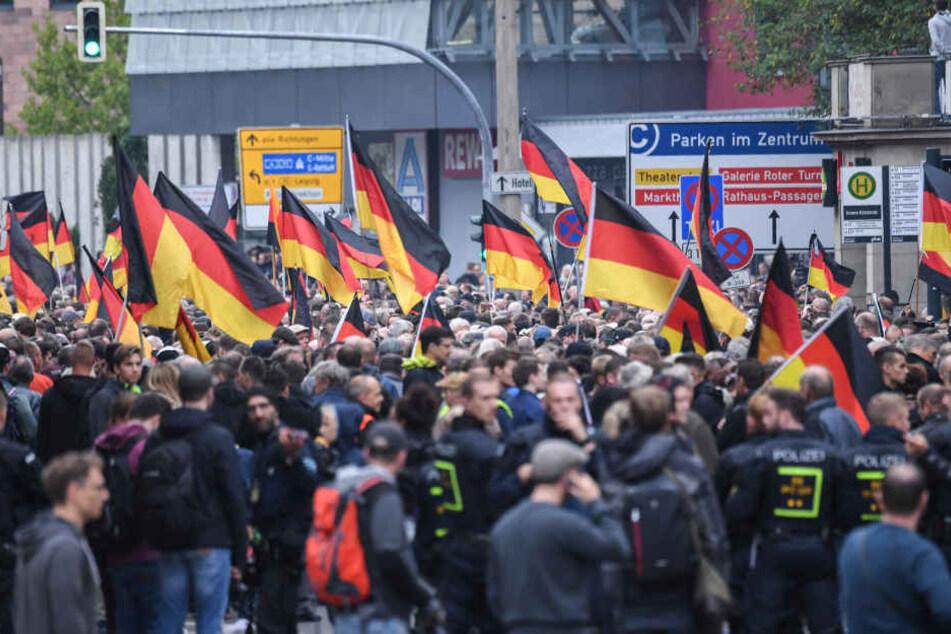 Teilnehmer der Kundgebung der rechtspopulistischen Bürgerbewegung Pro Chemnitzmarschieren gemeinsam mit den Teilnehmern der Demonstration von AfD und dem ausländerfeindlichen Bündnis Pegida durch die Stadt.