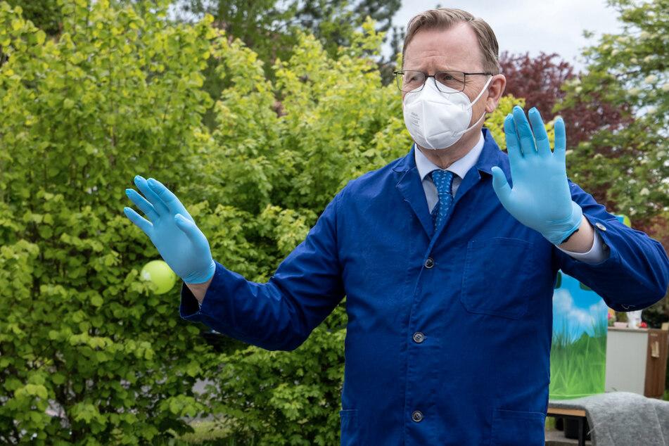 Die Zahlen sinken, Regeln sollen gelockert werden: Diese Entwicklung in der Corona-Pandemie wird auch Thüringens Ministerpräsidenten Bodo Ramelow (65, Linke) im blauen Kittel gefallen.
