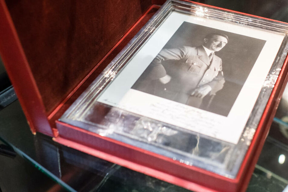 Unterm Hammer: Ein silberner Geschenkrahmen mit einem Porträt Hitlers. Den erhielt SS-Brigadeführer Ulrich Graf zum 60. Geburtstag.