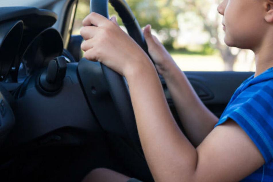 Mann schaut in fahrendes Auto und traut seinen Augen nicht