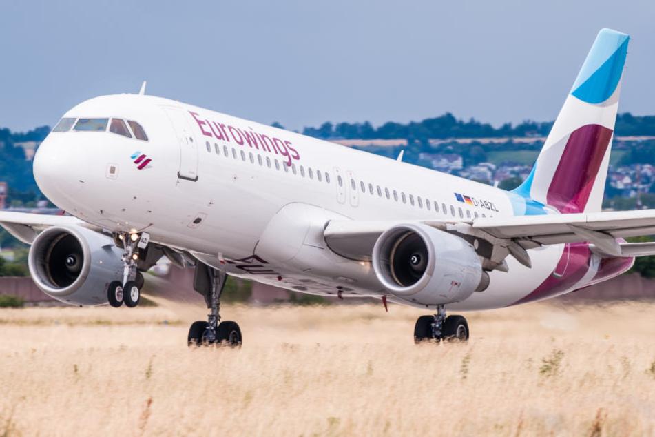 Ein Flugzeug vom Typ Airbus A320 der deutschen Fluggesellschaft Eurowings startet vom Flughafen in Stuttgart. (Symbolbild)