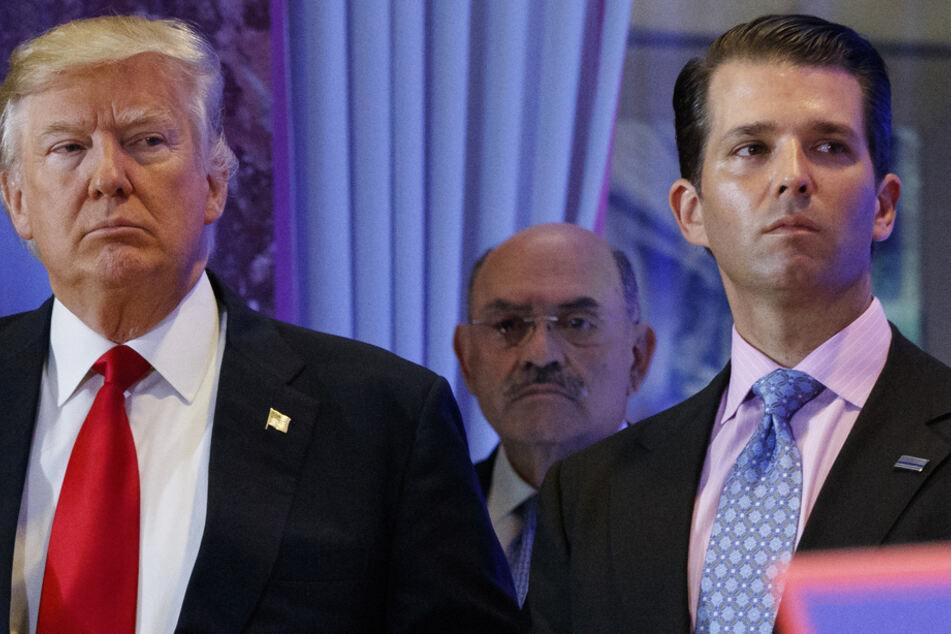 Donald Trump (l., 75), ehemaligen US-Präsidenten, Allen Weisselberg (Mitte, 73), Finanzchef der Trump-Organisation, und Trumps Sohn Donald Trump Jr. (43) nehmen an einer Pressekonferenz im Trump Tower teil.