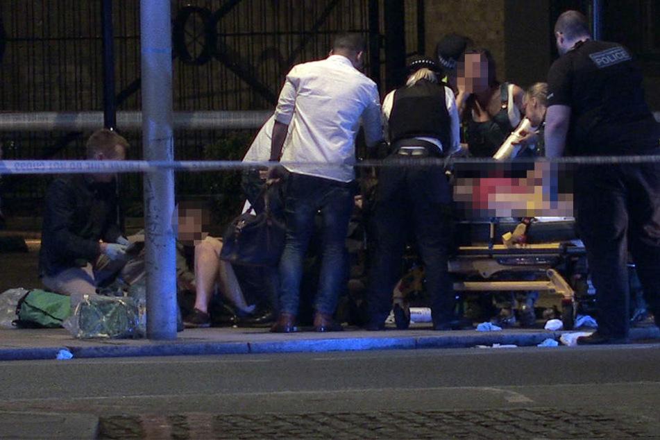 Verletzte werden von den Einsatzkräften behandelt.