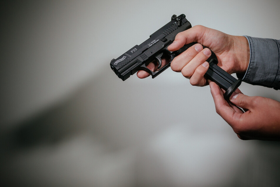 Schreckschuss-, Reizstoff- oder Signalwaffen sehen scharfen Waffen häufig sehr ähnlich. (Symbolbild)