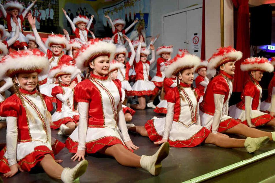Die Tanzmariechen bei einem Auftritt im Kinderfasching. Die Mädchen aus der norddeutschen Karnevalshochburg Marne haben während des Karnevals im Norden jährlich etwa zehn Auftritte.