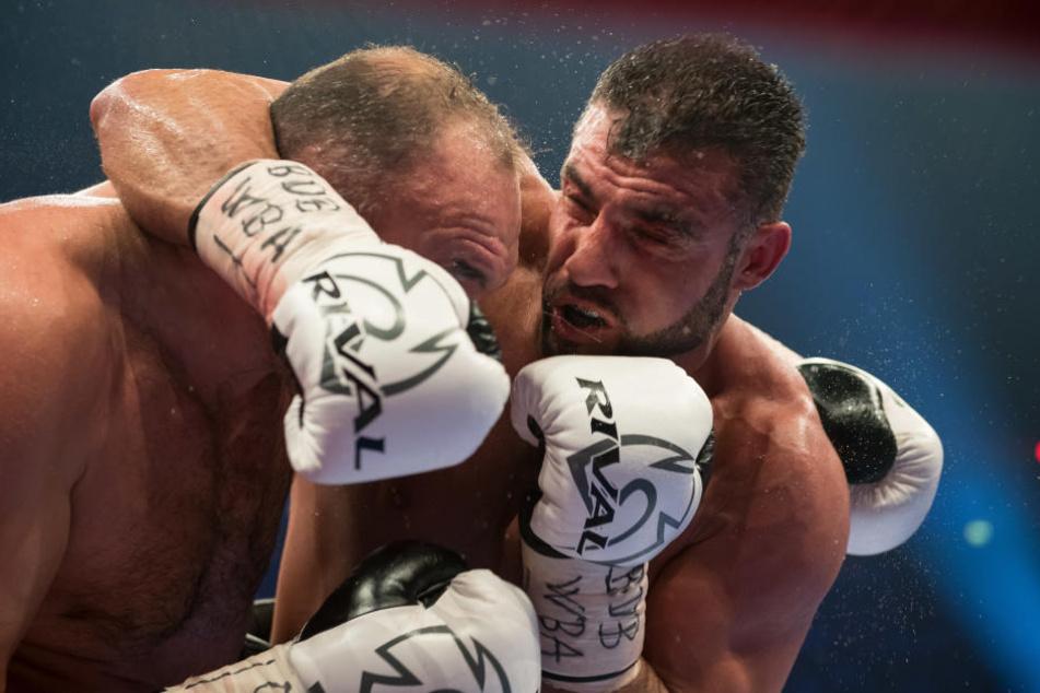 Manuel Charr (re.) gewann gegen den zehn Zentimeter größeren und 22 Kilogramm schwereren Alexander Ustinow nach Punkten.