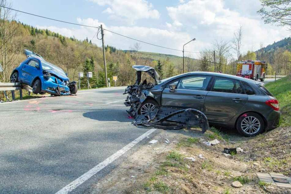Sechs Verletzte bei schwerem Frontal-Crash