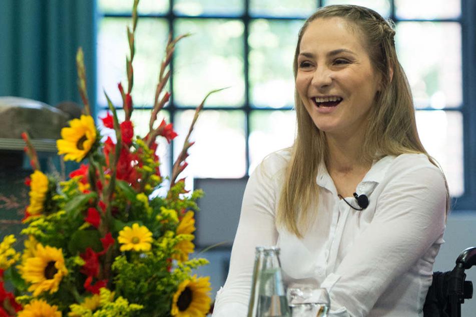 Die Olympiasiegerin kann nach dem schweren Unfall sogar schon wieder lachen.
