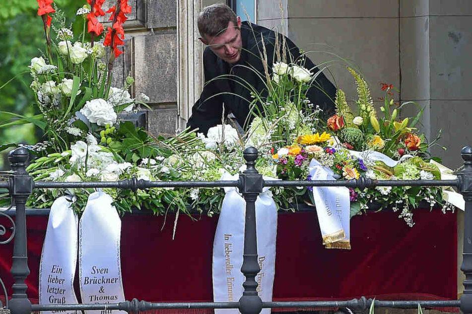 Unglaublich viele Blumen, Kränze und Sträuße wurden nach der Trauerfeier aus  der Feierhalle gefahren.