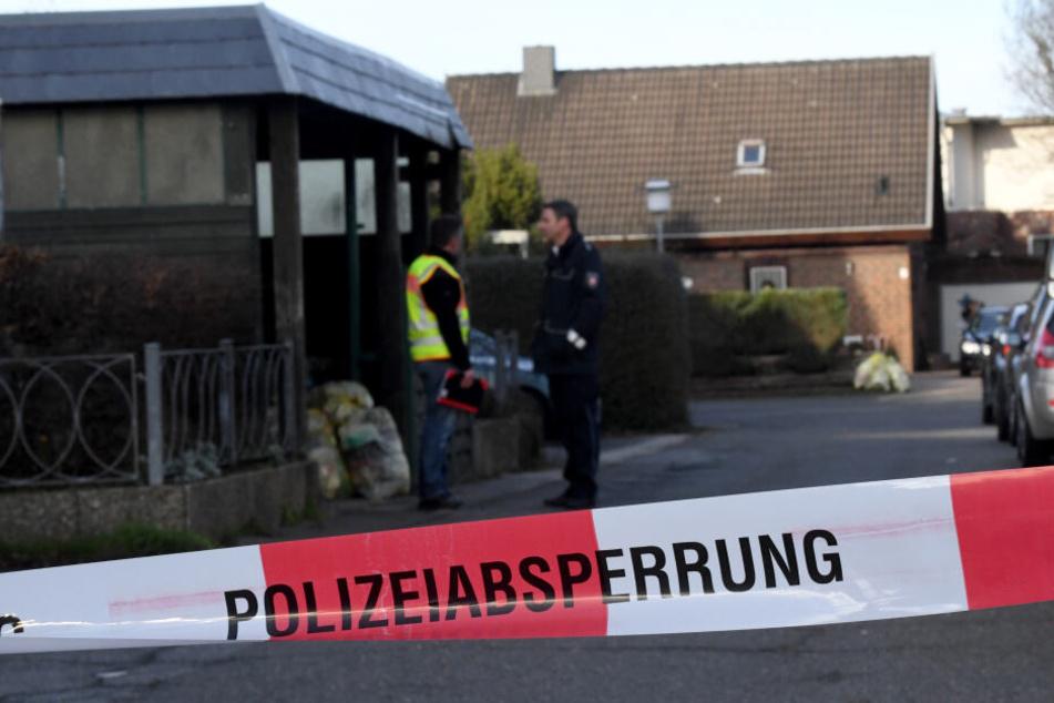 Polizeibeamte stehen an der Stelle, an der die Frau ums Leben kam.