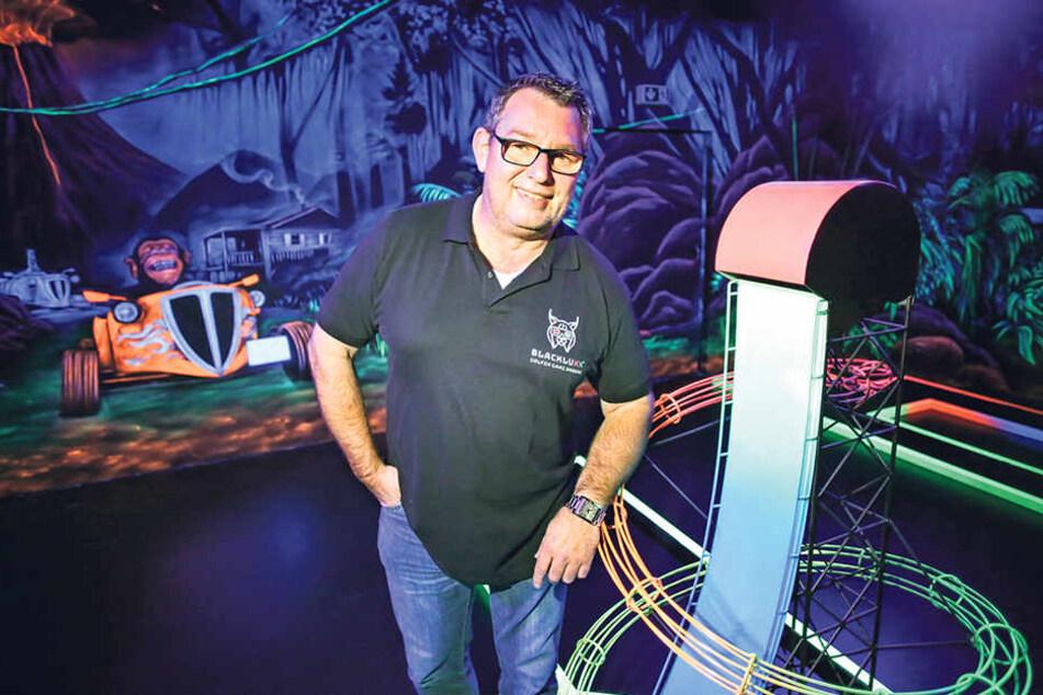 Inhaber Torsten Meisel (52). Im Hintergrund verewigt: sein zweites Standbein, die kleinen Hotsoxx-Flitzer.