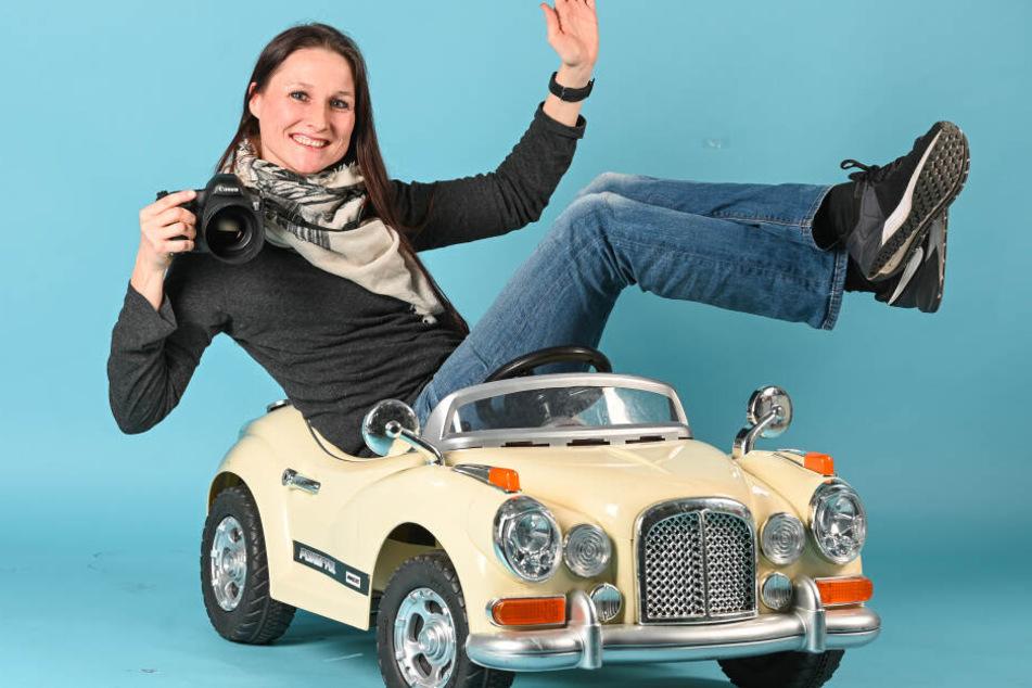 Wird in diesem Auto garantiert nicht geblitzt: Fotografin Anne Kaiser (40) sitzt im Spielzeugauto, in dem sie sonst Knirpse fürs Foto platziert.