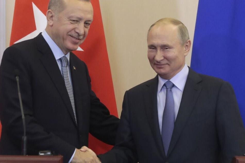 Wladimir Putin (r), Präsident von Russland, und Recep Tayyip Erdogan, Staatspräsident der Türkei, geben sich nach einer gemeinsamen Pressekonferenz die Hand. (Archivbild)