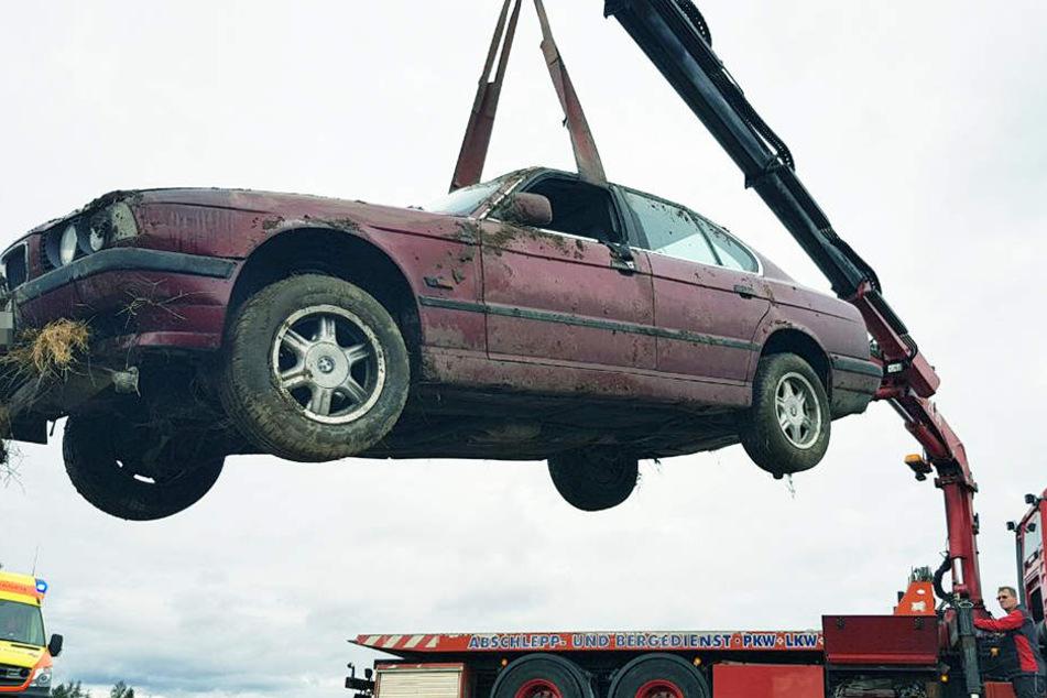 Das Auto musste per Kran aus dem Feld geborgen werden.