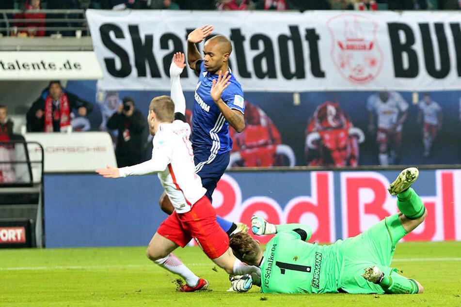 Richtungsweisende (Fehl-)Entscheidung: Timo Werner lässt sich fallen, Fährmann zieht sogar die Arme zurück. Es gab dennoch Elfmeter, Werner verwandelte zum 1:0.
