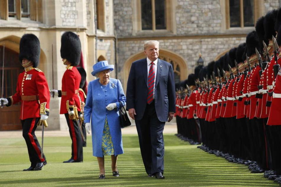 Donald Trump und die britische Königin Elizabeth II schreiten 2018 die Ehrengarde ab.