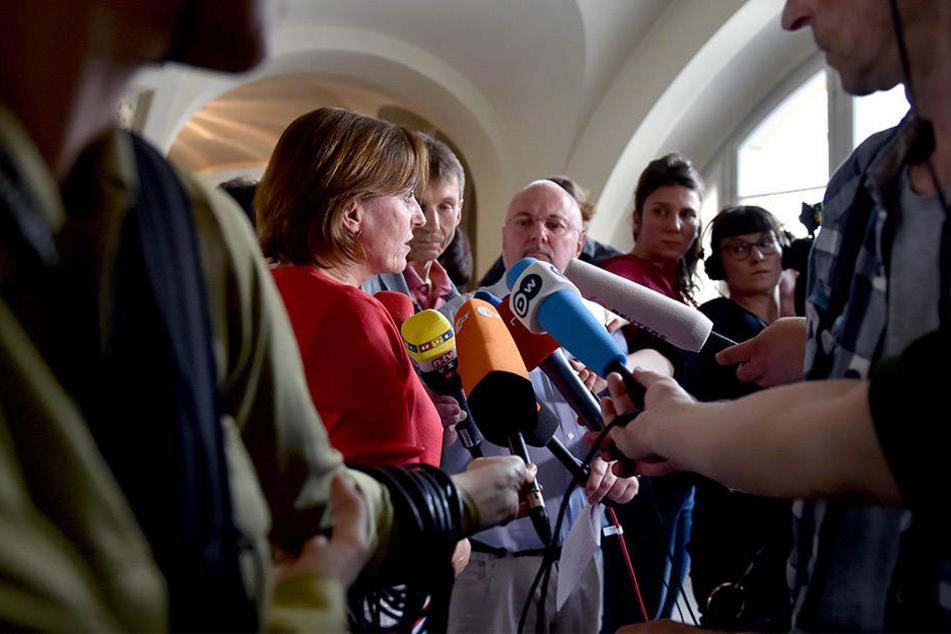 Gerichtssprecherin Annette Gabriel informiert im Kammergericht in Berlin-Schöneberg über das Urteil im juristischen Streit
