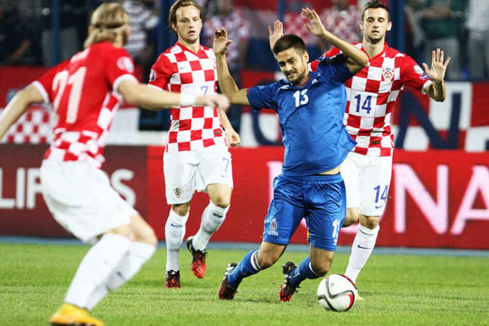 Nazarov im Trikot von Aserbaidschan umringt von drei Kroaten: Luca Modric, Ivan Rakitic und Marcelo Brozovic.