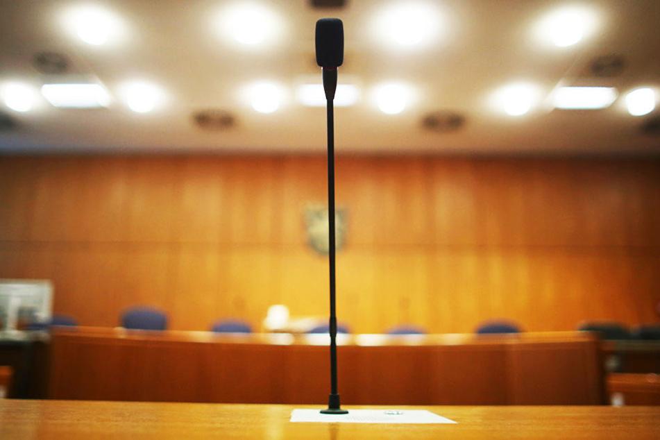 Die Angeklagten müssen sich vor dem Frankfurter Landgericht wegen Hehlerei äußern.