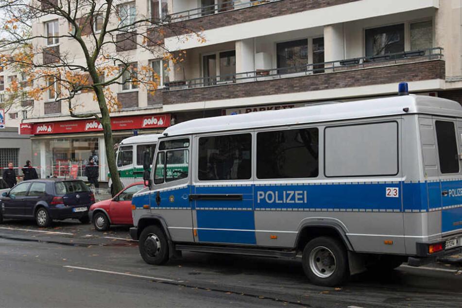 Zwei Polizeiwagen stehen an der Bundesallee vor einem Geschäft, wo am 5. November 2017 der Raubüberfall stattfand.