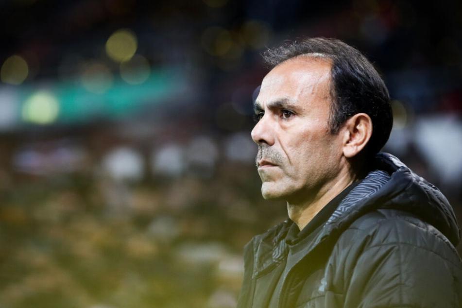 St. Paulis Trainer Jos Luhukay blickt vor dem Duell gegen den Karlsruher finster drein.