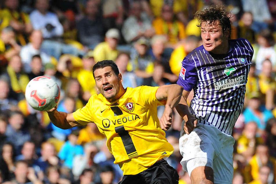 In Dresden begann für Marc Hensel (r./gegen Cristian Fiel) die Karriere, er bestritt zwei Zweitliga-Spiele. Für Aue lief er im Unterhaus 92 Mal auf. Die Szene entstammt dem Jahr 2012.
