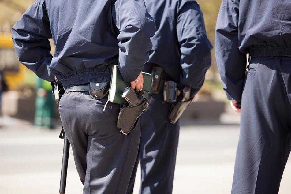 Die Polizisten trafen den Unfallverursacher an seinem Arbeitsplatz an. (Symbolbild)