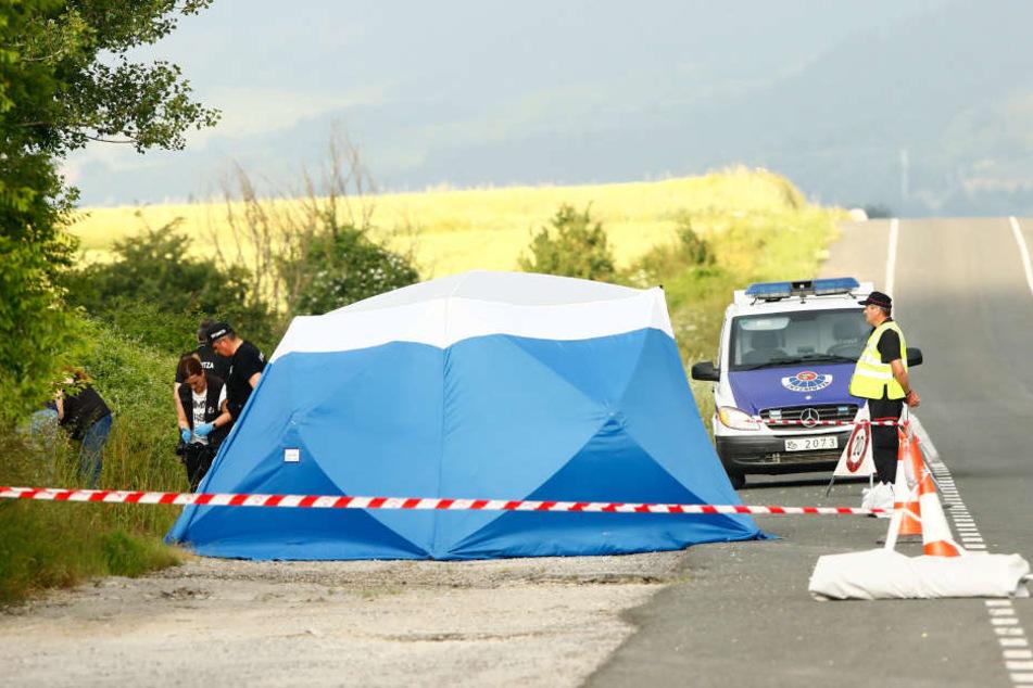 Polizisten sichern am Fundort einer Frauenleiche, nahe der Autobahn bei Asparrena, Spuren.