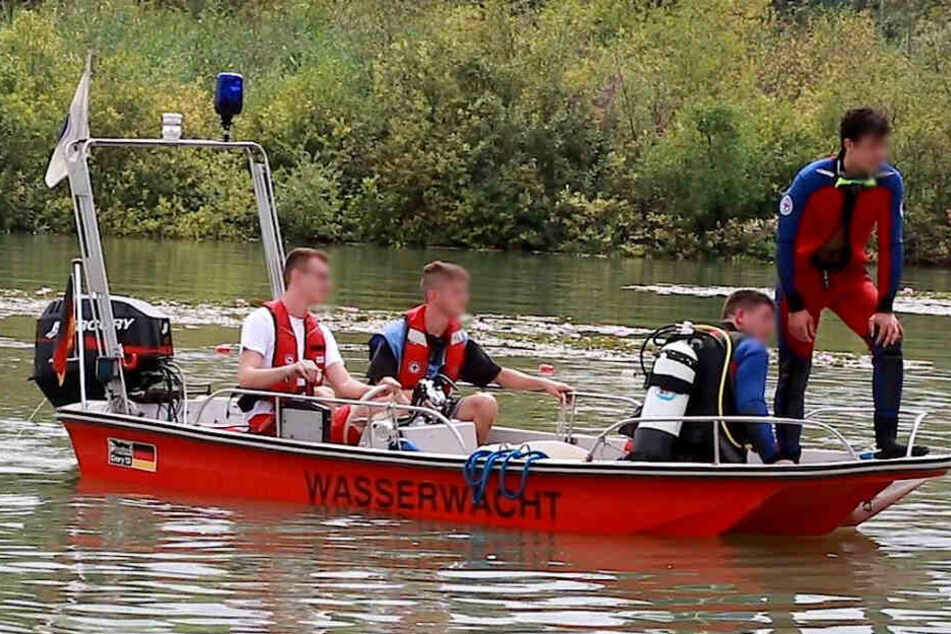 Taucher suchten den See nach dem ertrunkenen ab.
