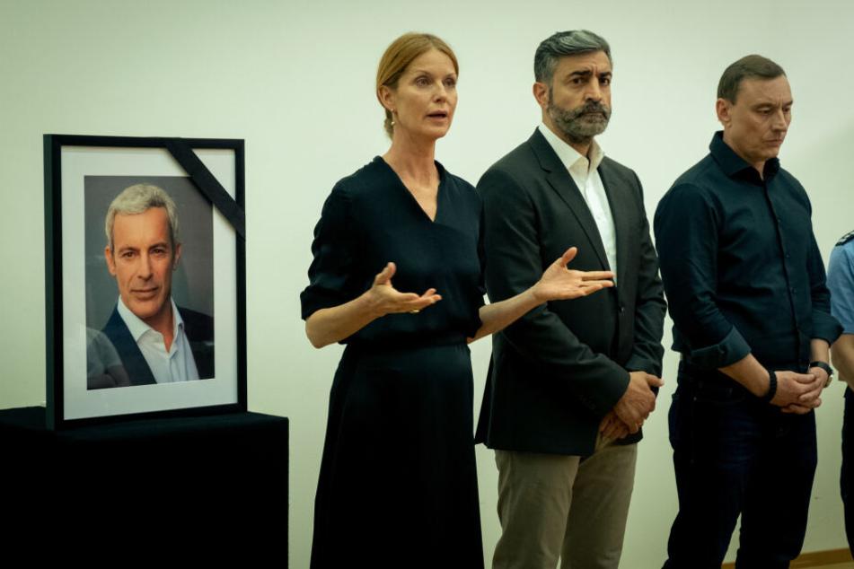 Große Trauer bei Julia Salomon (Esther Schweins, l.), Sami Malouf (Neil Malik Abullah) und Michael Kelting (Werner Daehn, r.). Sie teilen mit, dass Dozent Daniel Goldenbogen (Gedeon Burkhard, l.) ermordet wurde.