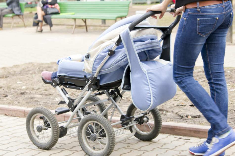 Das Baby lag in dem Kinderwagen, als das Auto angefahren kam. (Symbolbild)