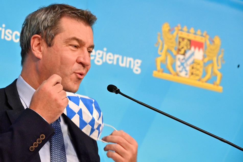 Markus Söder (CSU), Ministerpräsident von Bayern, nimmt vor der Pressekonferenz nach der Kabinettssitzung der Bayerischen Staatsregierung den Mund Nasen Schutz ab.