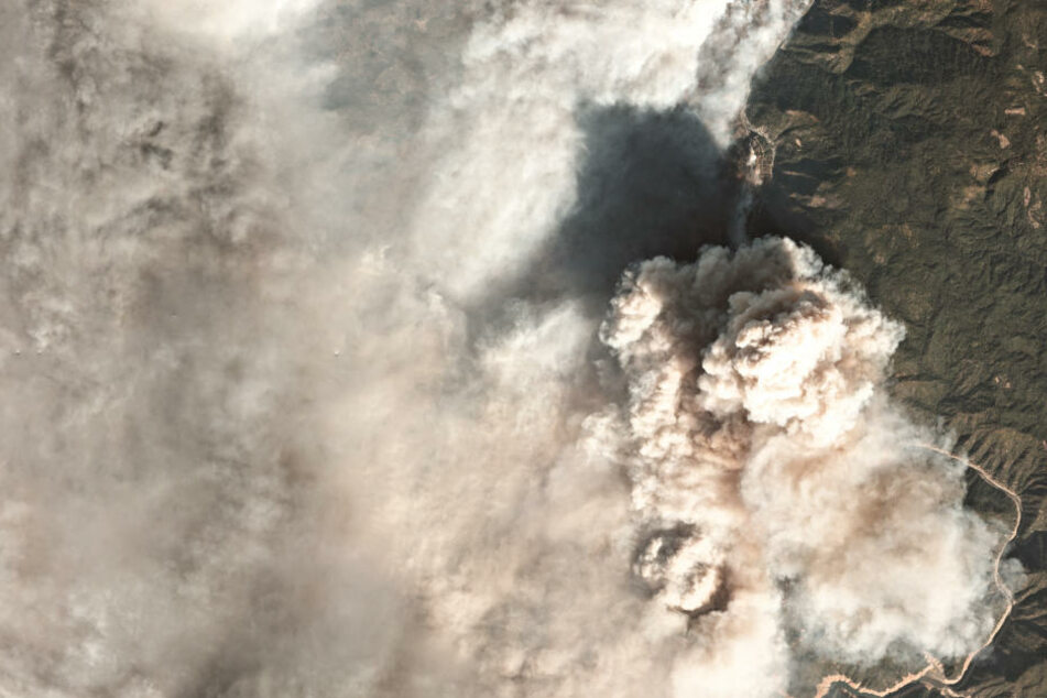 """Ein Satellitenfoto zeigt das """"Camp""""-Feuer im Norden des US-Bundesstaats Kalifornien."""