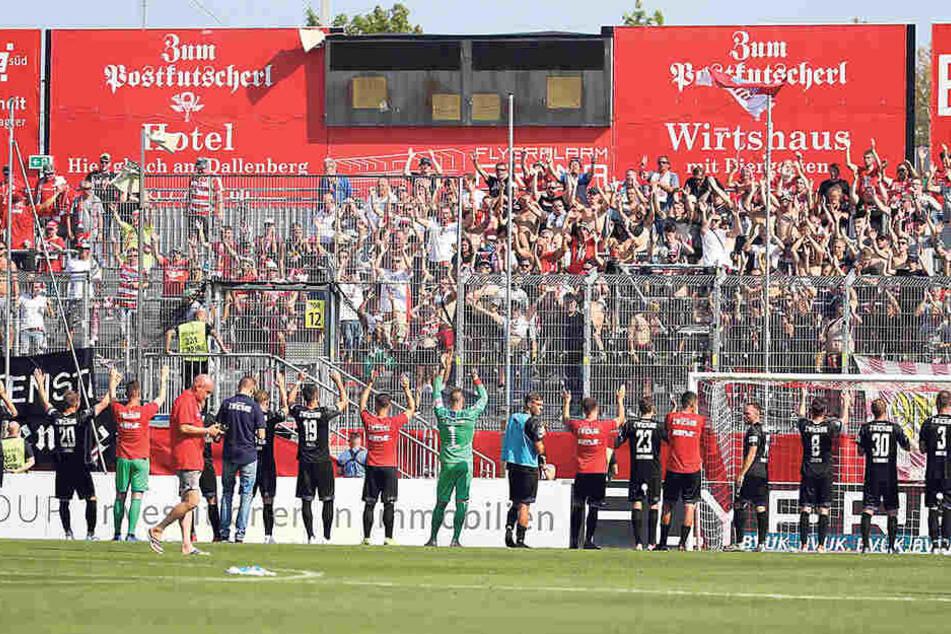 Die FSV-Sieger bedanken sich nach Abpfiff bei ihren Fans für die Unterstützung.
